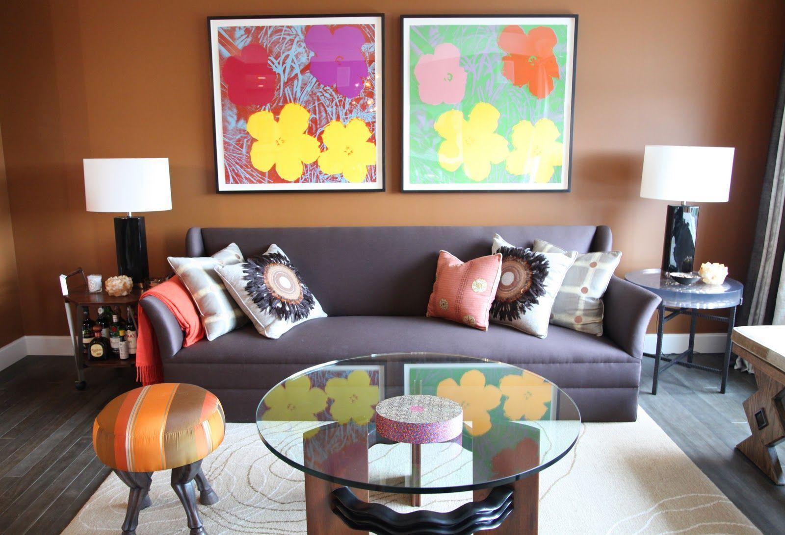 Los muebles de diseño se pueden decorar de diversas maneras y utilizando diferentes técnicas una de las más simples es colocando sobre los mismos objetos decorativos, como por ejemplo artesanías