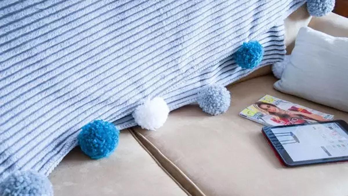 manta con pompones hechos a mano