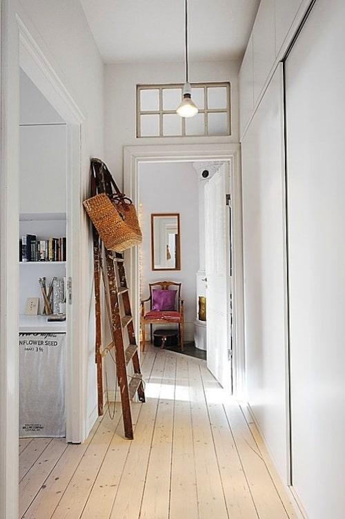 usos diferentes para escaleras en la decoracion perchero