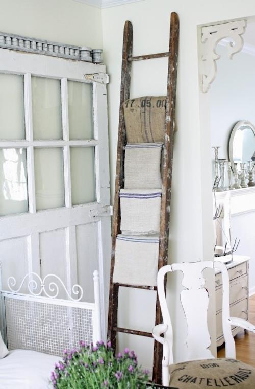 usos diferentes para escaleras en la decoracion toalleros
