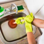 5 trucos caseros para desatascar el fregadero